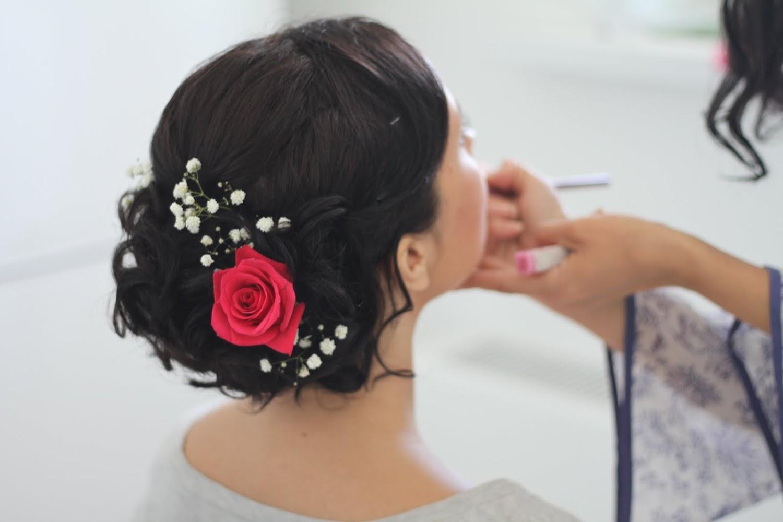 Прически с красным цветком на средние волосы