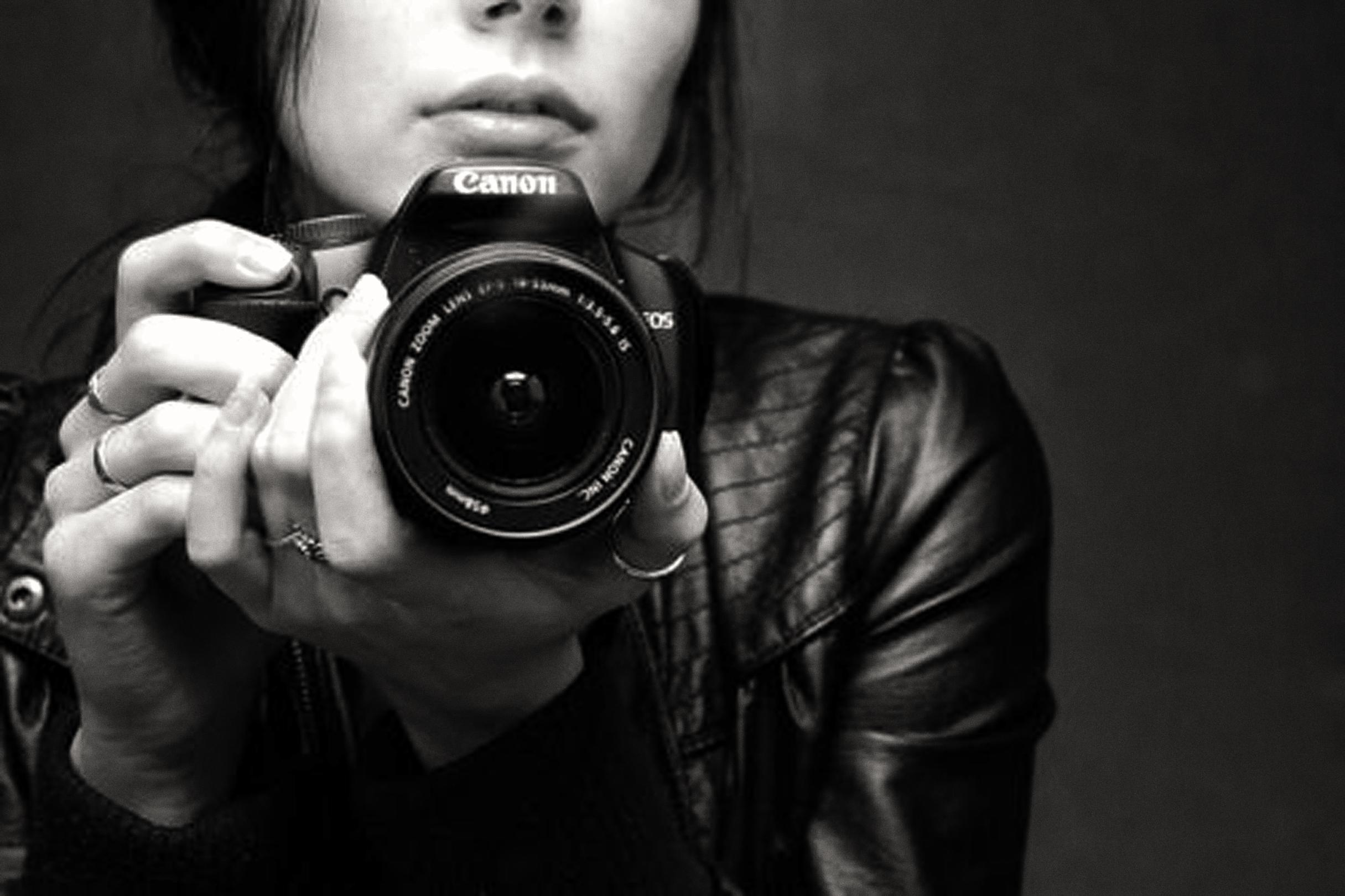 черно белое фото где фотографируют полукруг, который соответствует