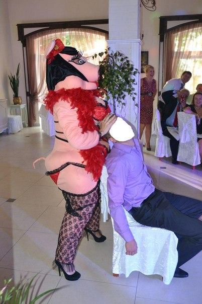 Стриптизерша в боа, проститутки омска элитные
